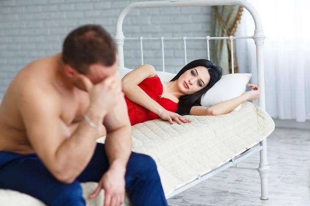Ludzie, trudności w relacjach, konflikt i koncepcja rodziny - nieszczęśliwa para ma problemy w sypialni