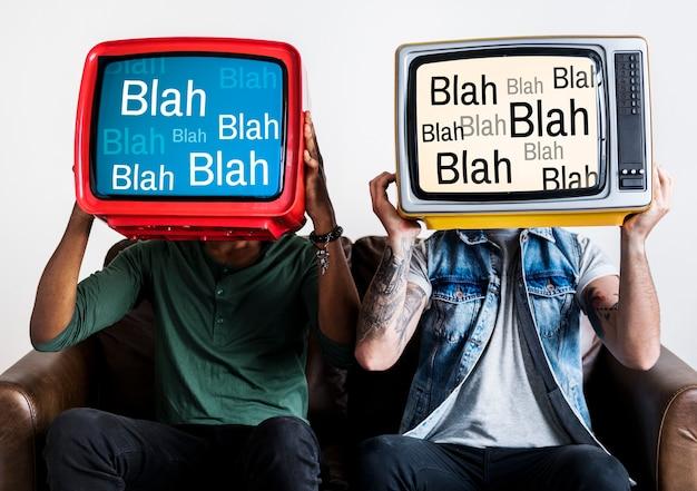 Ludzie trzymający retro telewizory z bla bla bla na ekranie