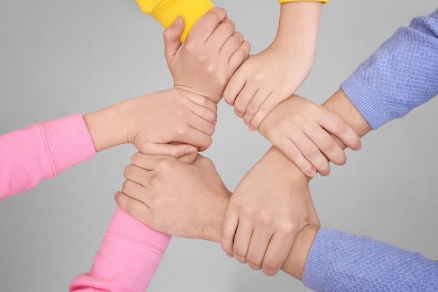 Ludzie trzymający się za ręce. koncepcja jedności
