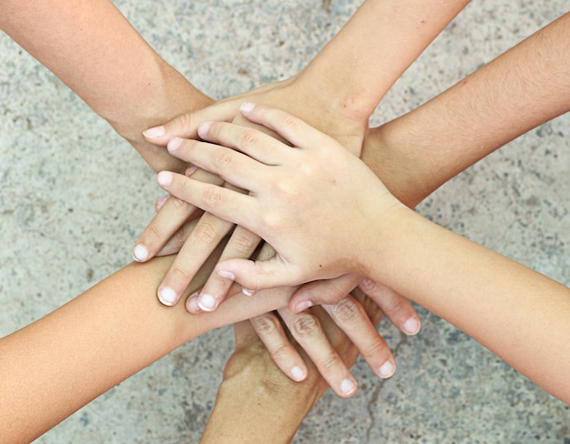 Ludzie trzymający się za ręce razem jako zespół