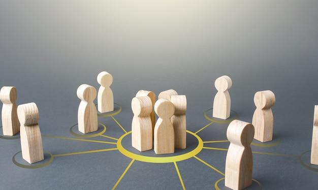 Ludzie tworzą grupę łączenie się w formę współpracy w celu osiągnięcia wspólnego celu i rozwiązania problemu