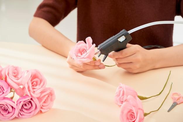 Ludzie tworzący papierową sztukę kwiatową