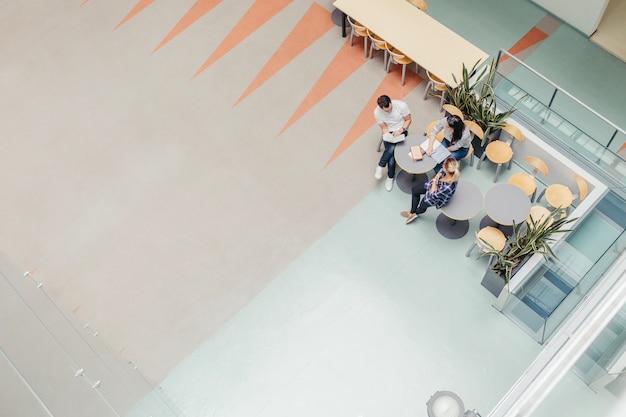 Ludzie uczący się w kafeterii