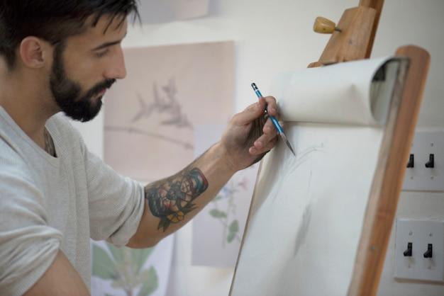 Ludzie uczęszczający na zajęcia z rysunku artystycznego