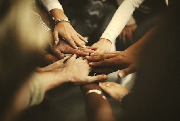 Ludzie układają ręce jako zespół