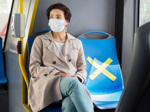 Ludzie utrzymujący dystans społeczny w autobusie