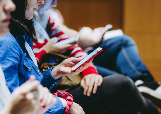 Ludzie używający telefonu w kongresie