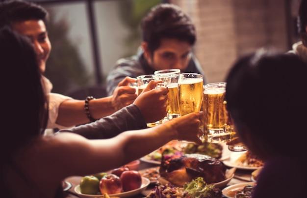Ludzie w azji świętują festiwal, na którym szczęśliwie puszczają szklanki piwa i kolację