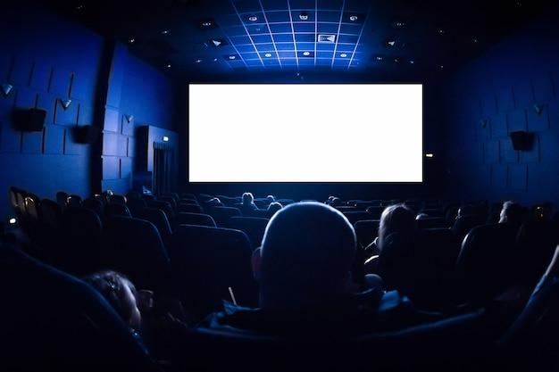 Ludzie w kinie oglądają film.
