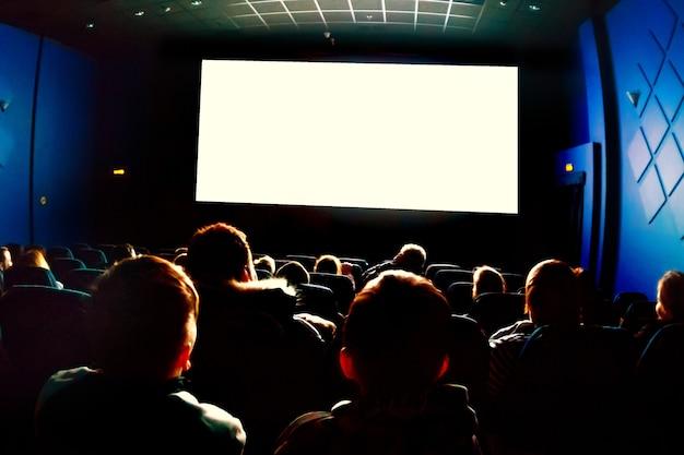 Ludzie w kinie oglądający film.
