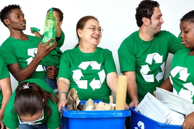 Ludzie w koszu sobie koszule ikony recyklingu i pozowanie do sesji zdjęciowej