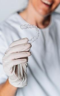 Ludzie w laboratorium dentystycznym pracujący w procesie produkcji przezroczystych elementów wyrównujących