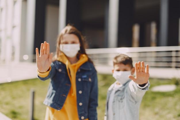 Ludzie w masce stojący na ulicy