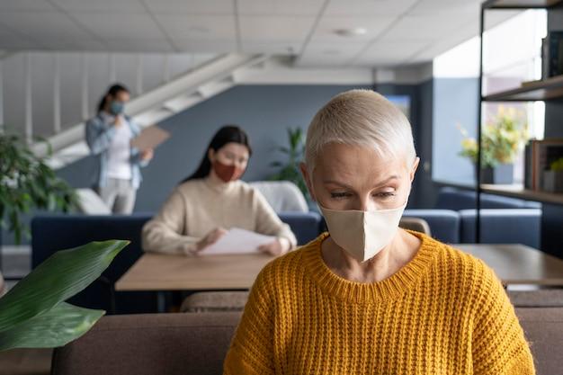 Ludzie w miejscu pracy dystans społeczny