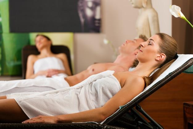 Ludzie w pokoju relaksacyjnym wellness