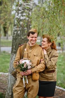 Ludzie w radzieckich mundurach wojskowych
