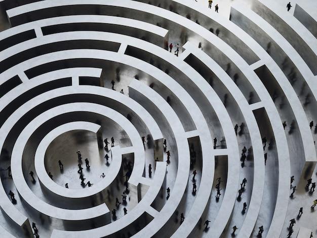 Ludzie wchodzą do skomplikowanego labiryntu