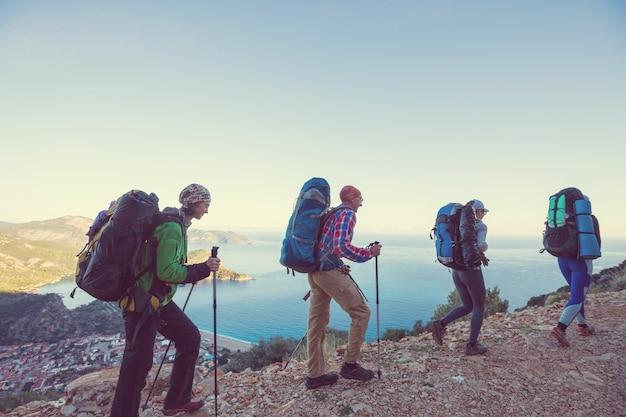 Ludzie wędrują po górach