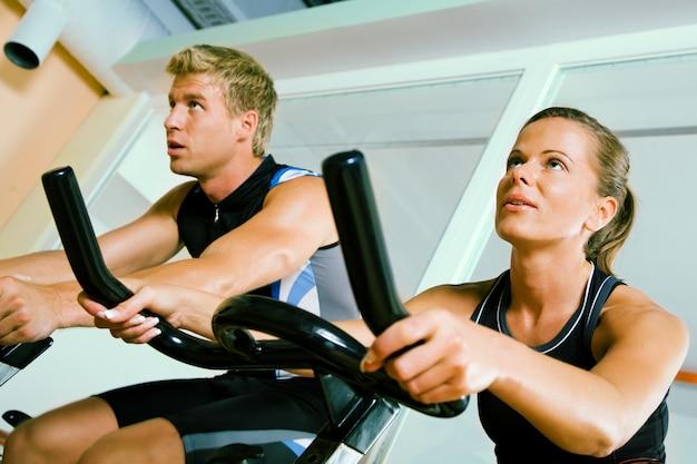 Ludzie wirujący na siłowni