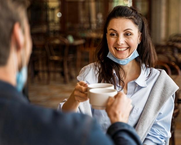 Ludzie wiwatujący przy filiżankach herbaty