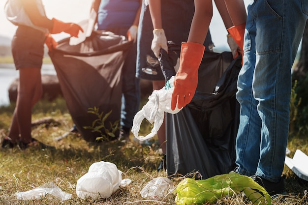 Ludzie wolontariusze pomagają w wywozie śmieci w parku