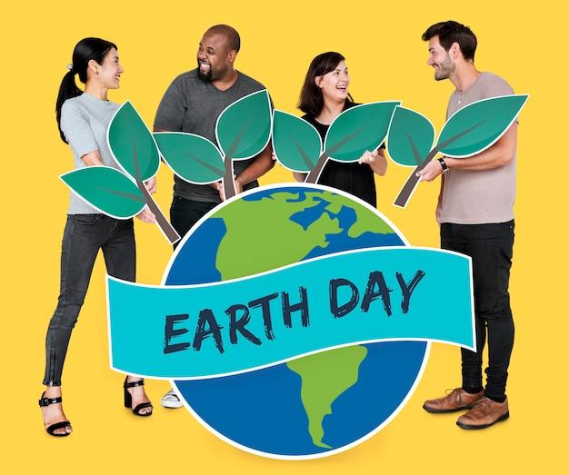 Ludzie wspierający ochronę środowiska w dniu ziemi