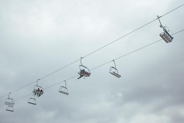 Ludzie wspinają się na górę przy wyciągu