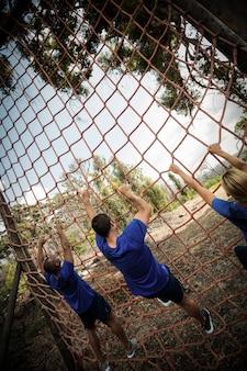 Ludzie wspinający się po sieci podczas toru przeszkód
