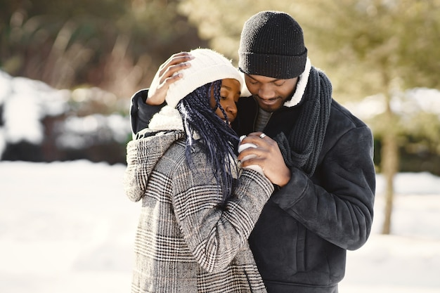 Ludzie wychodzą na zewnątrz. zimowy dzień. afrykańska para