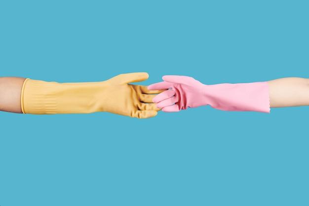Ludzie wyciągający ręce w rękawiczkach