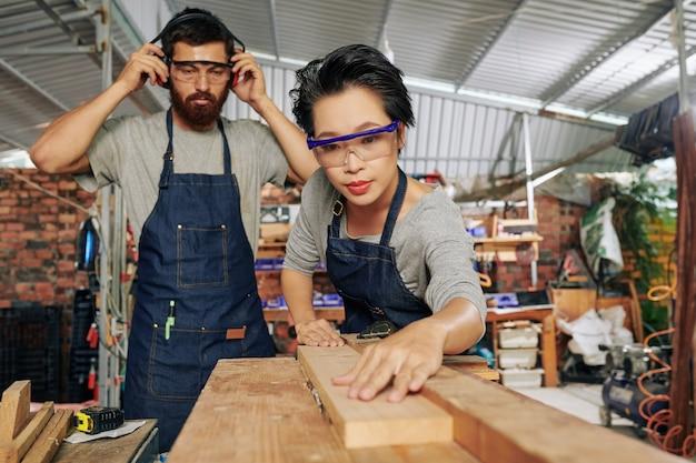Ludzie wykonujący prace stolarskie