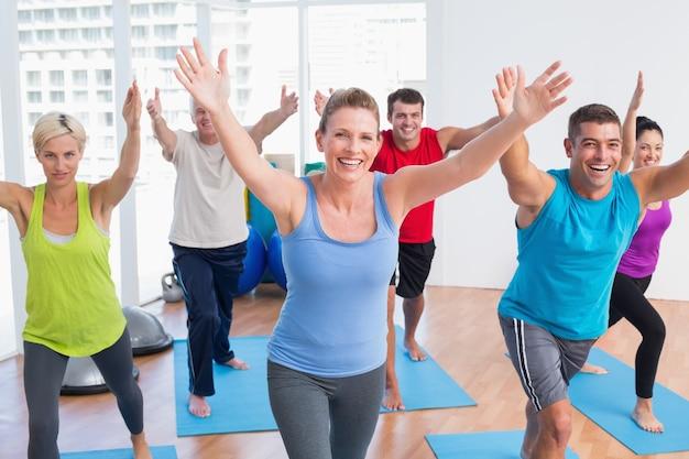 Ludzie wykonujący w klasie siłowni