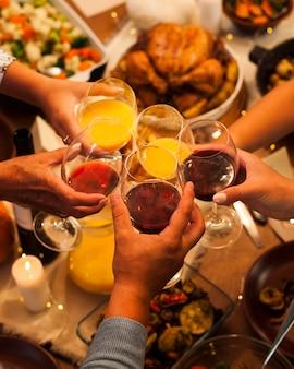 Ludzie wznoszą toast za dziękczynienie