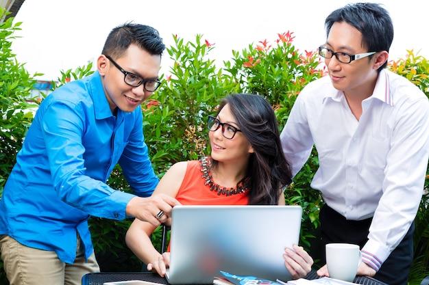 Ludzie z azjatyckiej agencji kreatywnej lub reklamowej