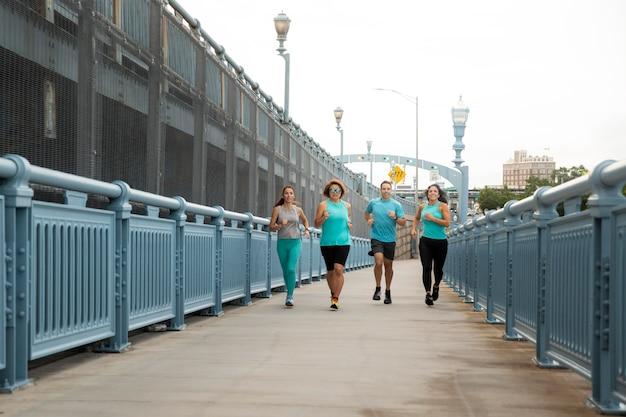 Ludzie z dystansu biegną razem