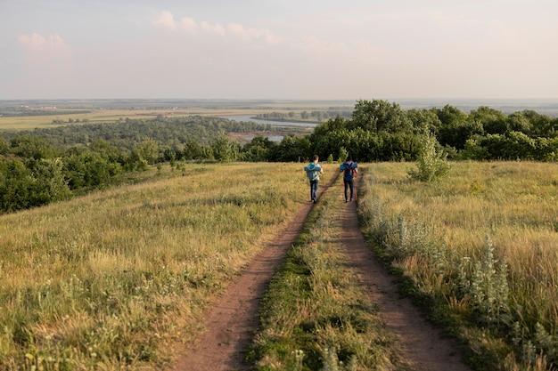 Ludzie z dystansu chodzą w naturze
