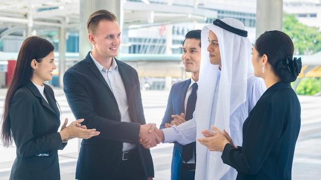 Ludzie z globalnego biznesu mówią o negocjacjach biznesowych w celu osiągnięcia sukcesu i zadowolenia.