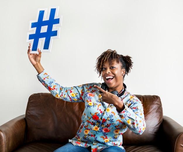 Ludzie z ikoną symbolu hashtag