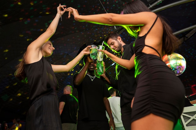 Ludzie z nocnego życia bawią się w barach i klubach