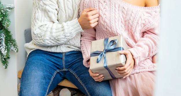 Ludzie z prezentami bożonarodzeniowymi w rękach. selektywna ostrość. szczęśliwy.