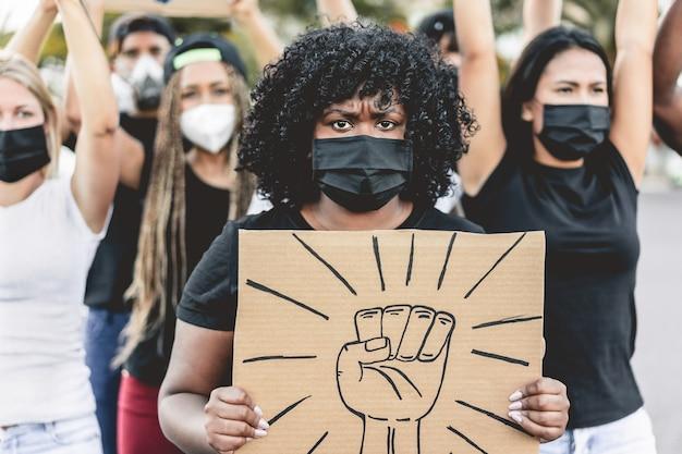 Ludzie z różnych kultur i ras protestują na ulicach w obronie równych praw