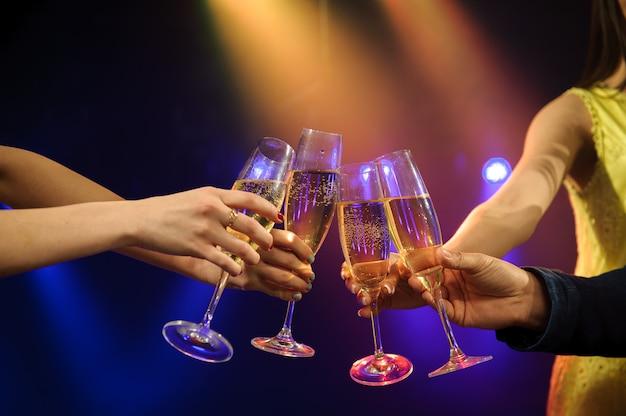 Ludzie z szampanem w barze lub kasynie dobrze się bawią.