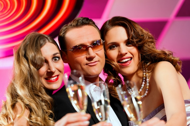 Ludzie z szampanem w barze