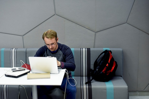 Ludzie za pomocą laptopa komputerowego