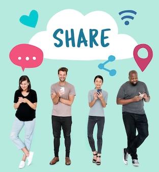Ludzie za pomocą swoich telefonów i ikony koncepcji mediów społecznościowych