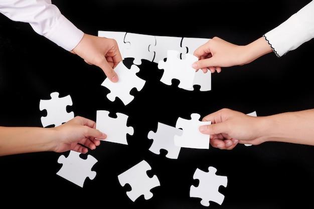 Ludzie zbierający puzzle