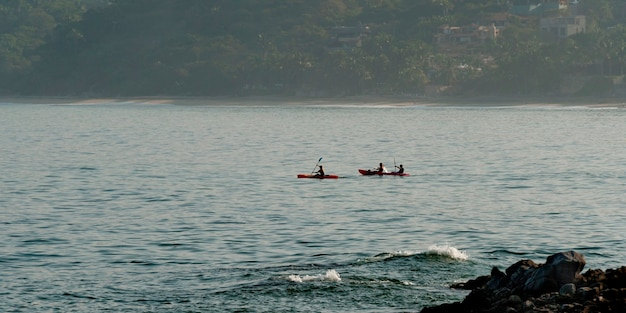 Ludzie żeglują po morzu, sayulita, nayarit, meksyk
