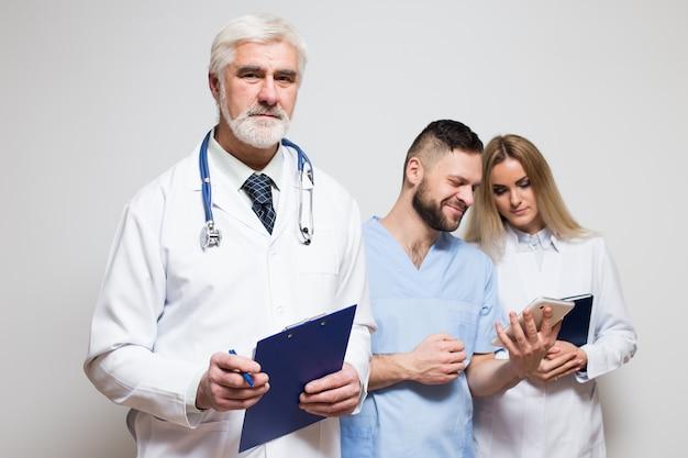 Ludzie zespołu chirurg medycznych głównych mieszanych