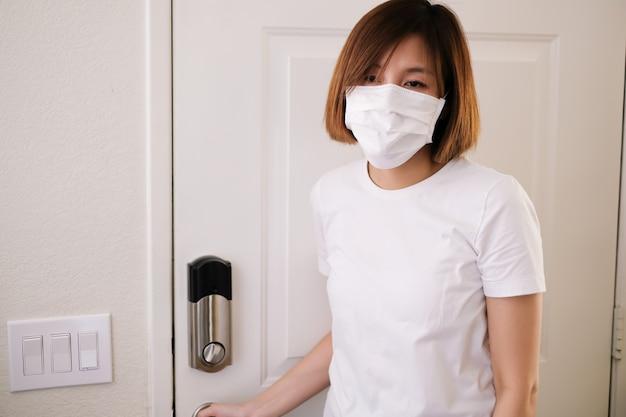 Ludzie zostają w domu i są bezpieczniejsi, aby poddać się kwarantannie, aby zatrzymać wirusa korony, wybuch epidemii pandemii.