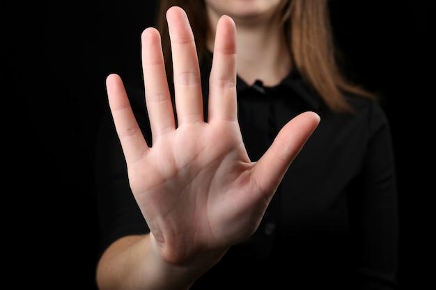 Ludzka ręka na czarno
